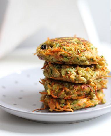 De groenteburger. Dit heb je nodig: Voor 2 personen  75 gr geraspte wortel halve courgette, geraspt 1 ei 1 tl kerriepoeder snufje zout/peper 3-4 eetlepels doperwten evt: paneermeel
