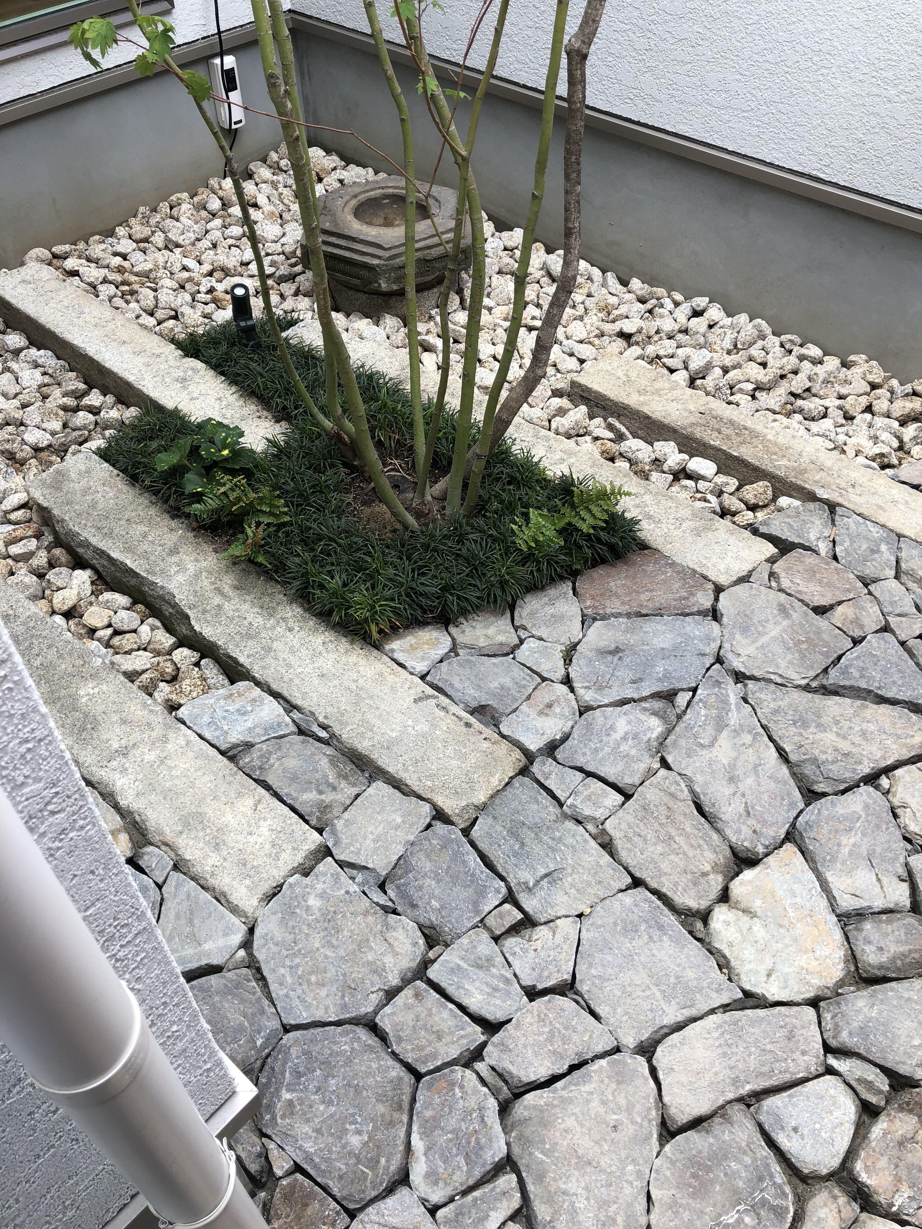 幡豆石の石張り 中庭 中庭 石