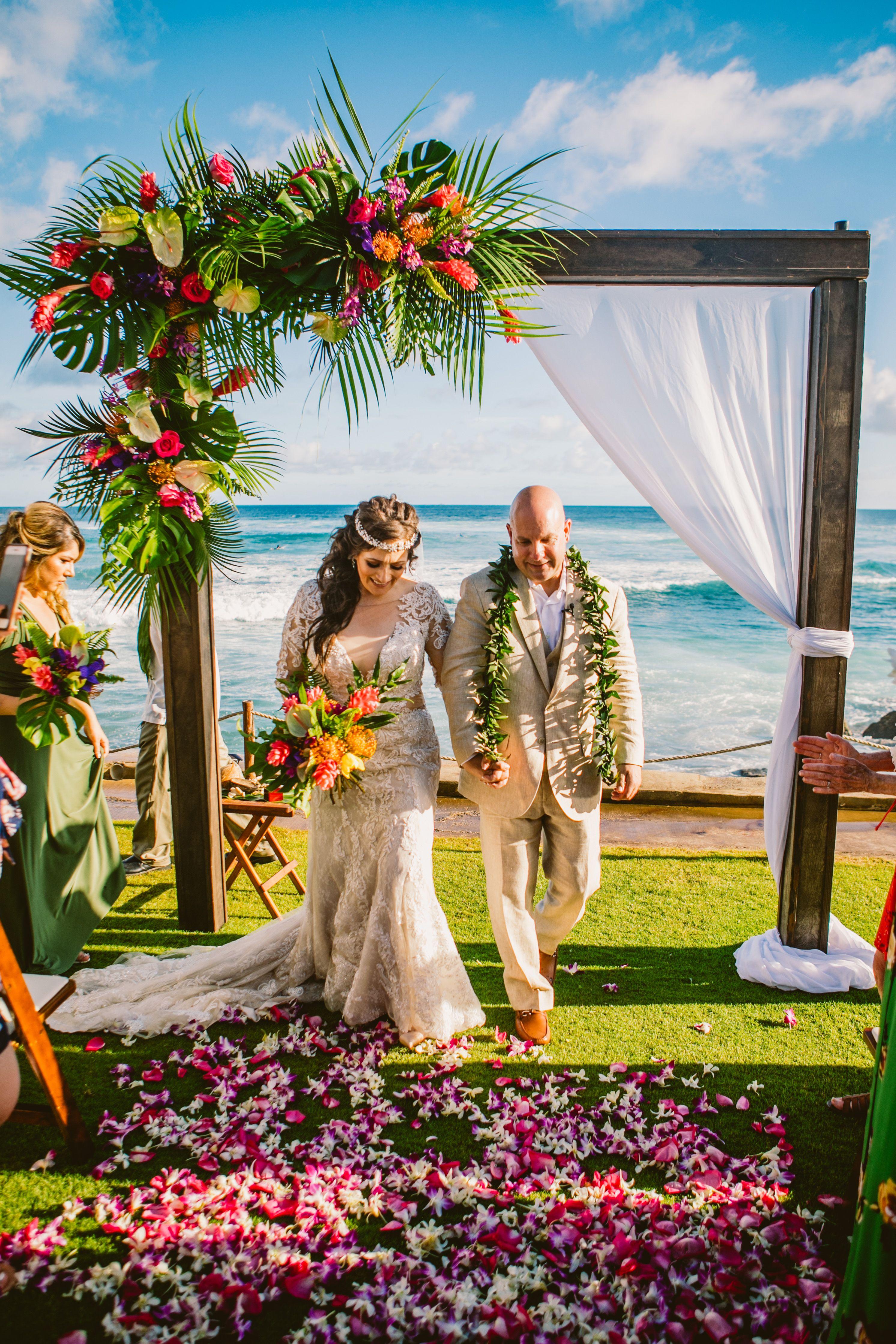 Vibrant Bold Summer Hawaii Wedding Destination Hawaii Wedding Oceanfront Wedding Ve Hawaii Wedding Oceanfront Wedding Beach Wedding Decorations Reception