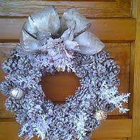 Ghirlanda  natalizia eseguita artigianalmente con pigne raccolte nel bosco.