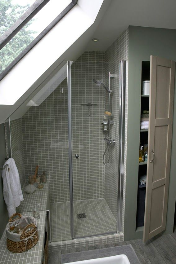 Petite salle de bains sous les toits leroy merlin via nat for Salle de bain sous les toits