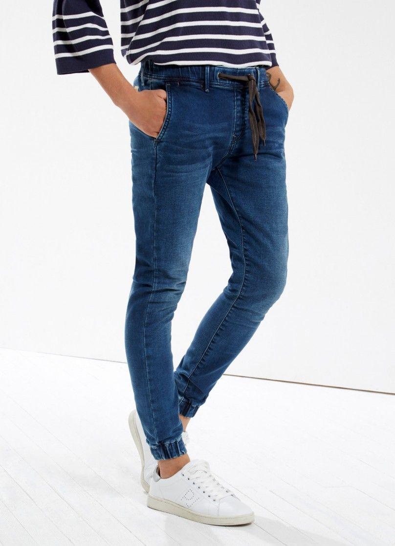 Jean de fit regular y cintura estándar. Bolsillos al biés y