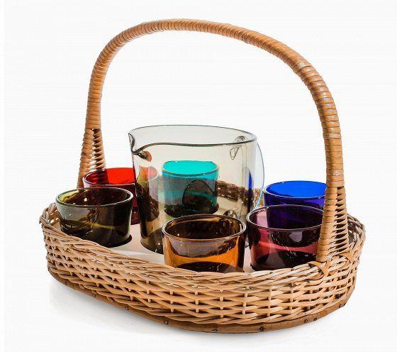"""Mehulasisarja, suunnittelija Kaj Franck. Kaadin ja 6 lasia korissa, värillistä lasia. 1950-luku. Esimerkkihinta 1 000 euroa. """"Tässä esimerkkihinta on tosi kova. Liikkeissä sarjat ovat 500–600 euron kieppeillä. Franck on ulkomaillakin suosittu, etenkin japanilaiset tykkäävät."""""""