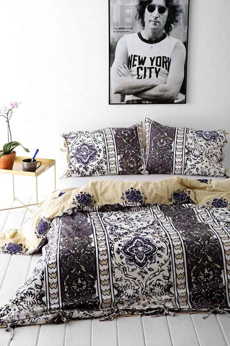 Schlafzimmer in Schwarz und Weiß mit Poster des Lieblings Sänger ...