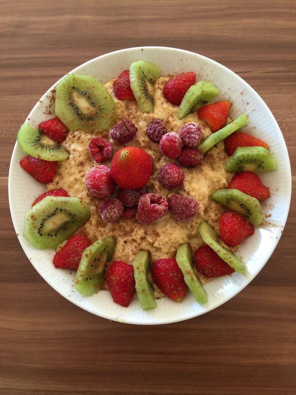 """Foto von Gifti: """"Heut mal Porridge Frühstück mir Kiwi und Beeren mit 30 g Whey Protein"""""""