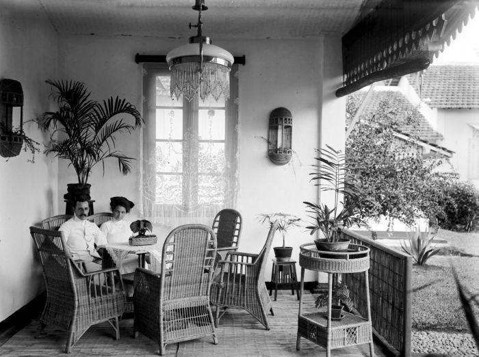 Pasangan Eropa di galeri rumahnya di Malang. 19071931