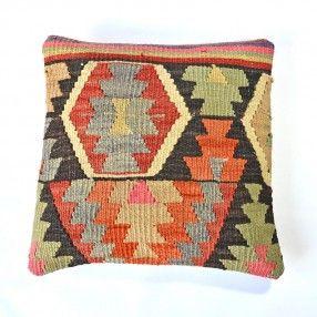 Coussin kilim chevrons rouge, noir, orange et vert Sur cabaneindigo.com
