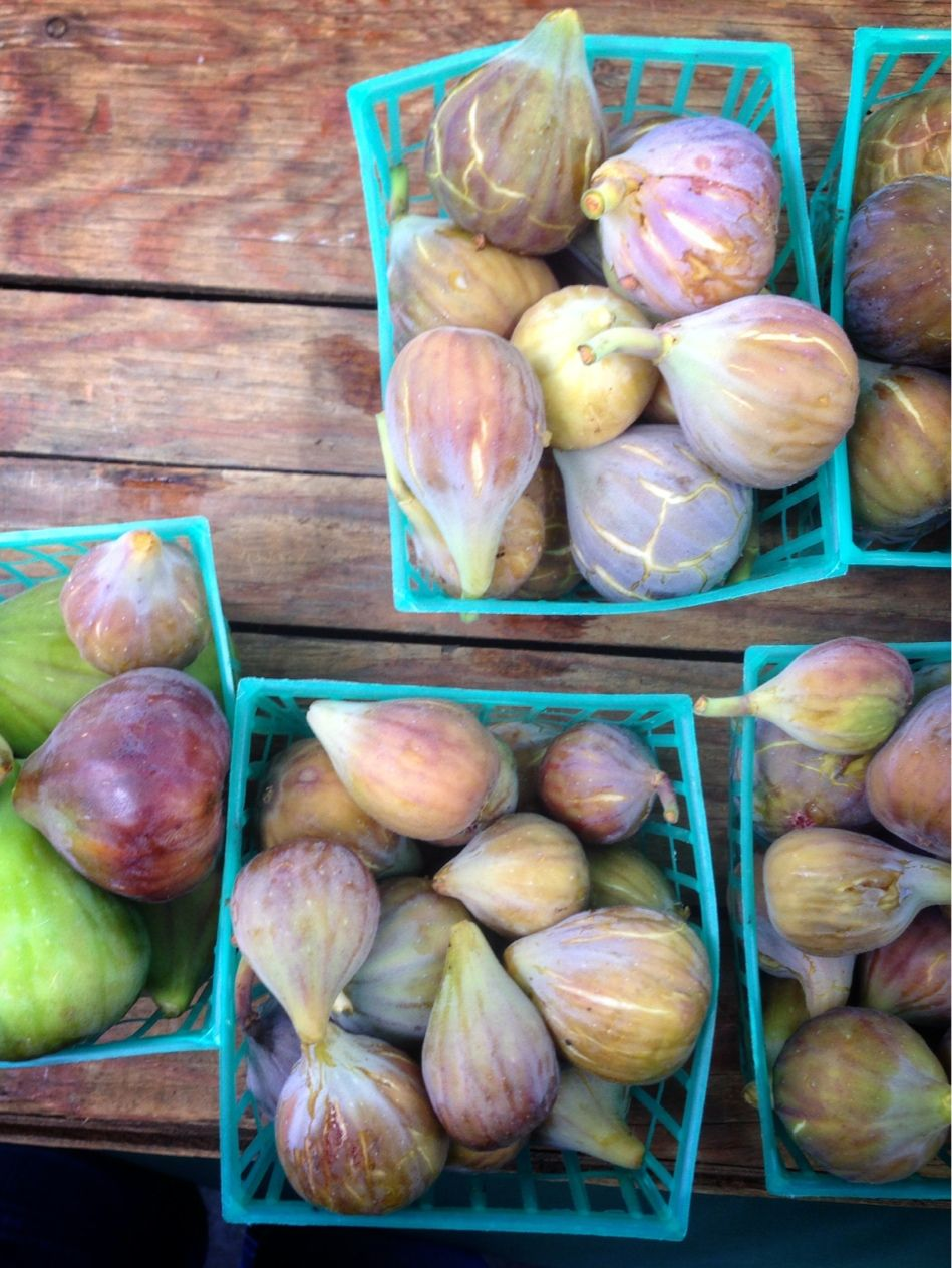Fresh figs are now starting to hit the #farmersmarket here in SF. LOVE figs!  #organic #healthy #wellth #fruit #plantbased #snacks #summer #flexitarian #eatclean