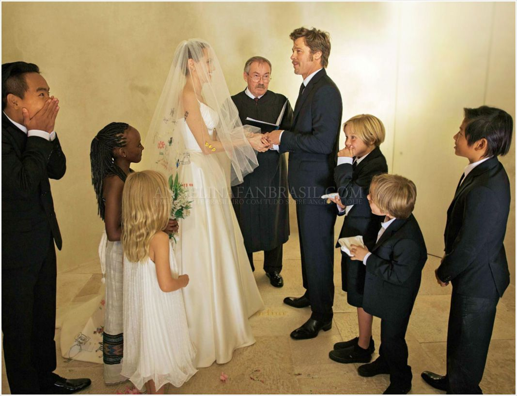 Celebrity Wedding Brad Pitt And Angelina Jolie Celebrity Wedding Dresses Angelina Jolie Wedding Dress Wedding Dresses