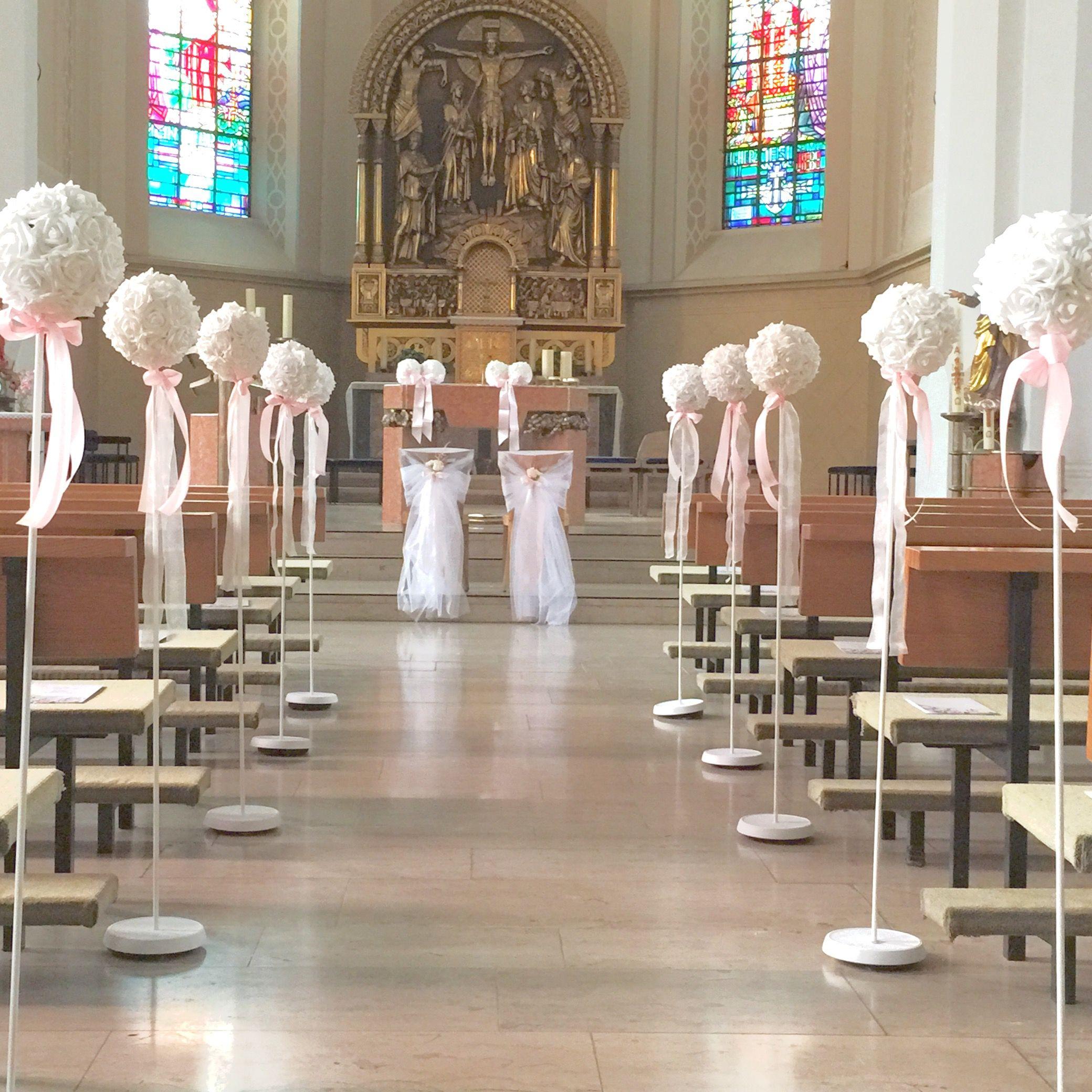 Kirchendeko Hochzeit mit Stndern und Blumenkugel