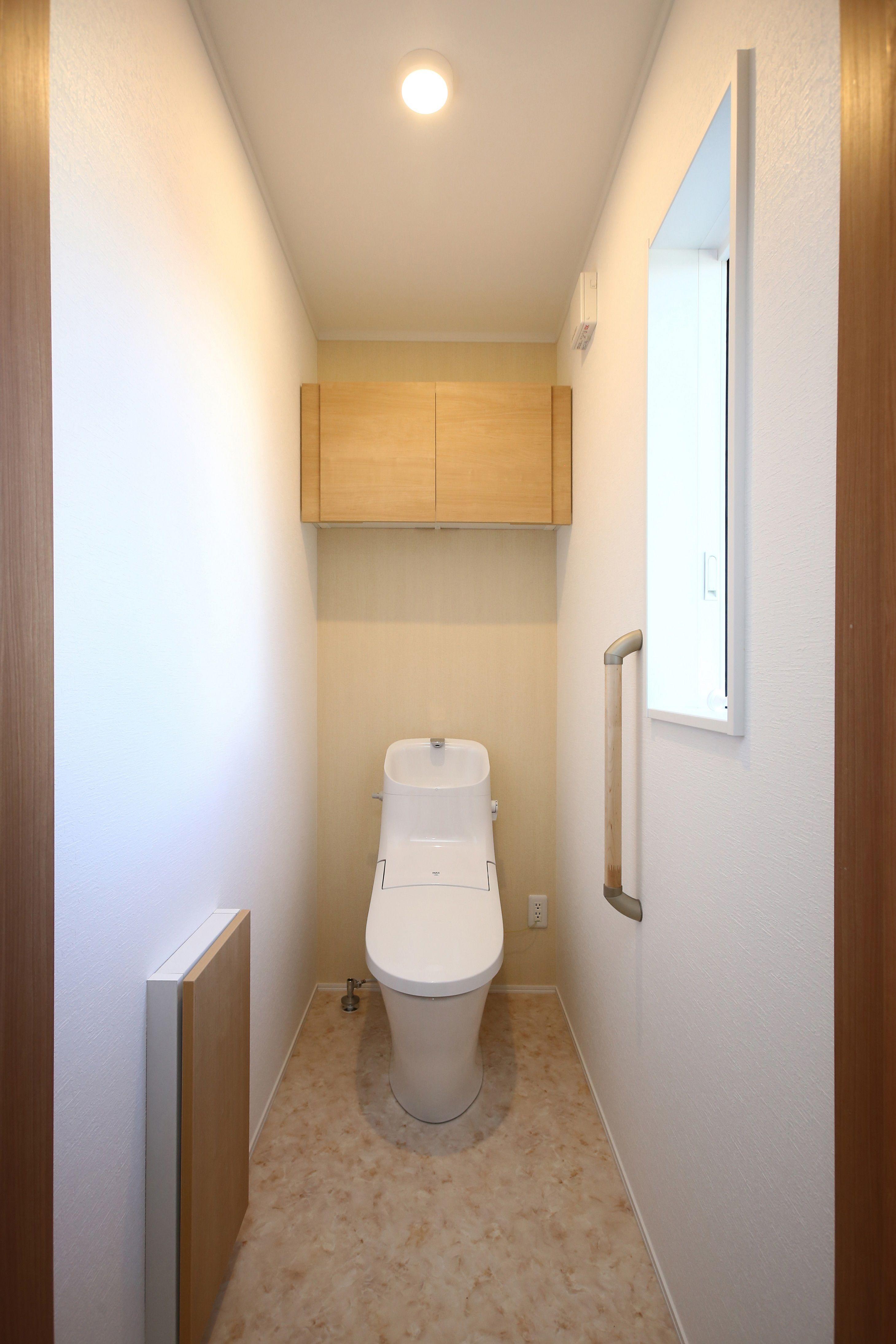 ナチュラルカラーでまとめたシンプルなトイレ アッパーキャビネット