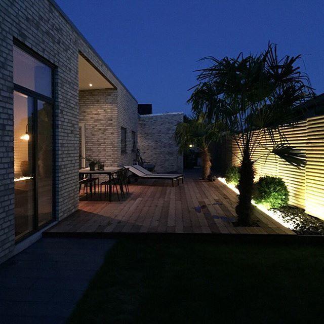 Fantastisk stemning på aften terrassen i dette lækre funkishus ...