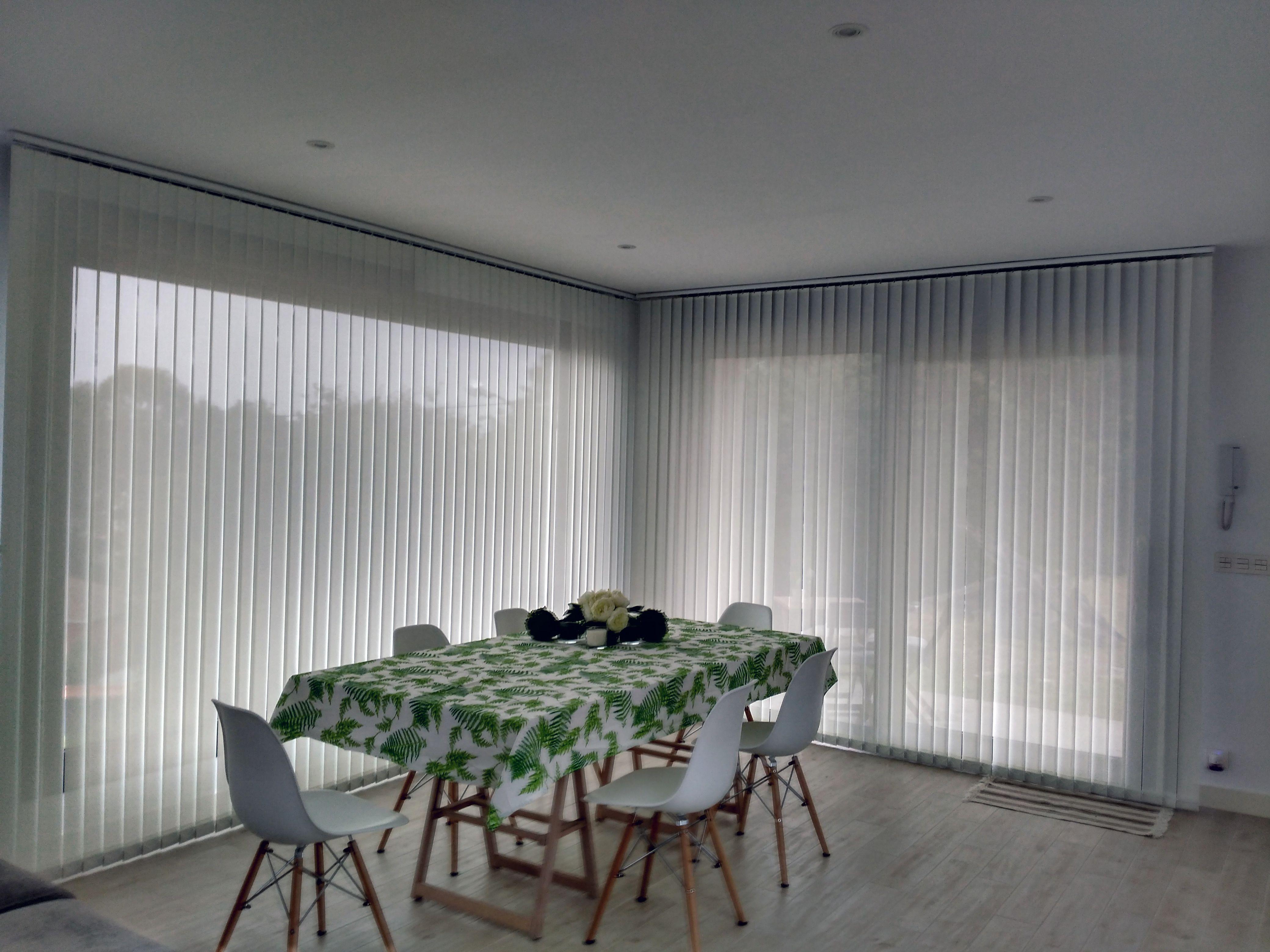 Cortina vertical confeccionada a medida en tejido screen de 5% de ...