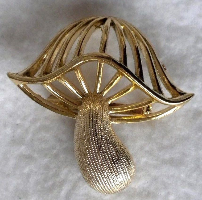 VINTAGE GOLD PLATED /& ENAMELLED BROOCH OF LILY OF THE VALLEY PIN BROOCH Q