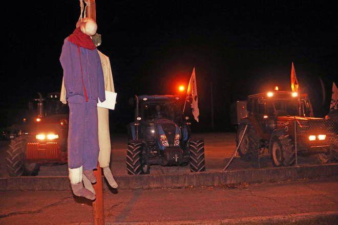 Manichini impiccati in provincia di Pordenone: inizia la protesta dei forconi  http://tuttacronaca.wordpress.com/2013/12/08/manichini-impiccati-in-provincia-di-pordenone-inizia-la-protesta-dei-forconi/