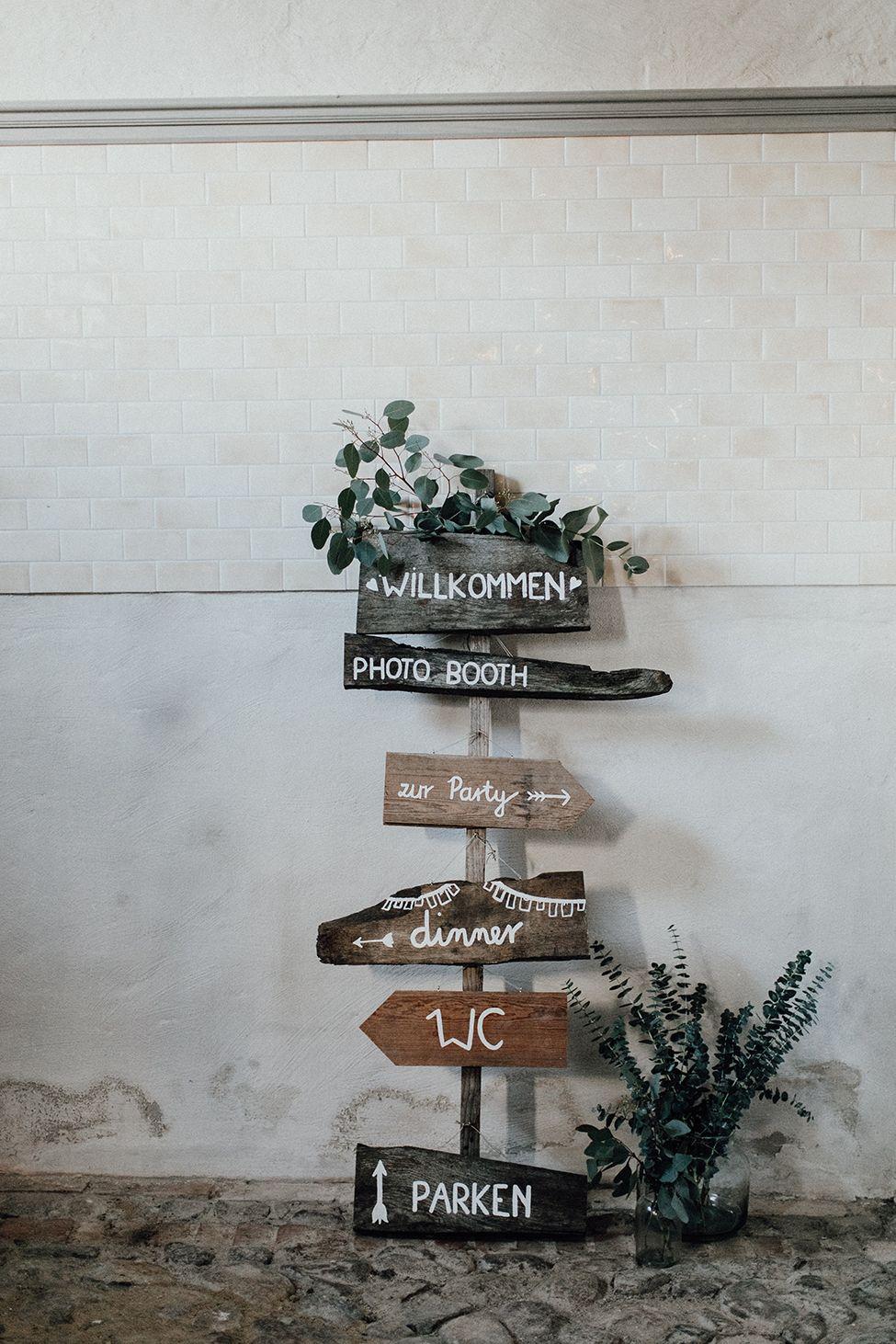 Wegweiser und Schilder für Hochzeit, Hochzeitsdeko Schilder #wegweiser #schilder #hochzeitsdeko Hochzeitskarten und Dekoverleih von Traumanufaktur nach skandinavischem und mediterranem Design | Hochzeitsblog The Little Wedding Corner