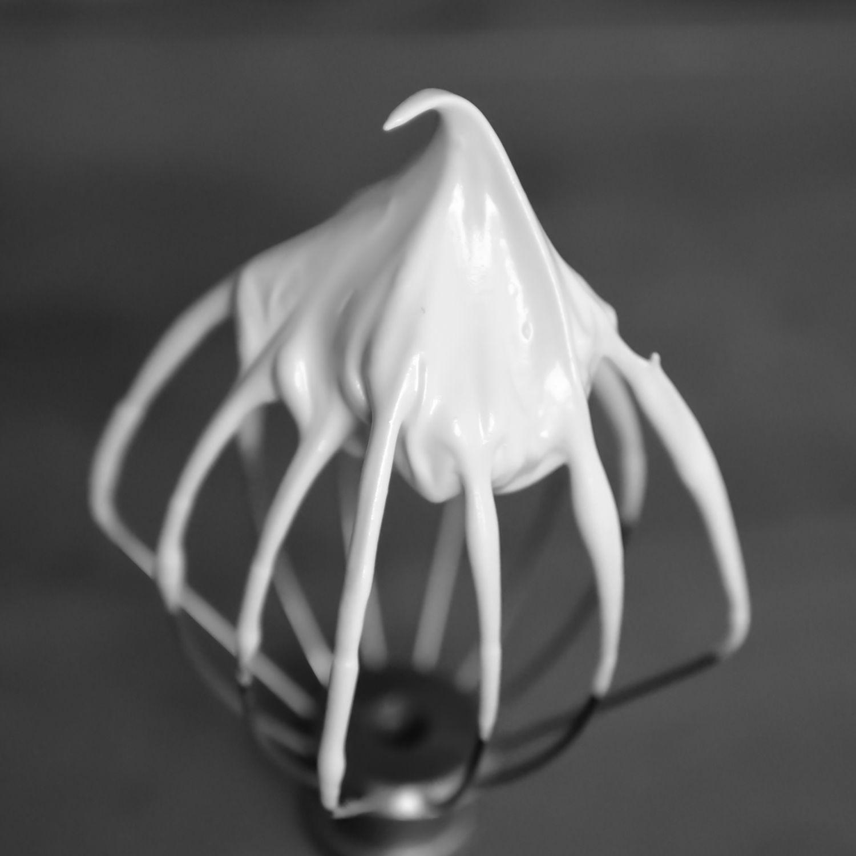 Diese Buttercreme eignet sich perfekt als Füllung für Macarons, oder zum Einstreichen von Fondanttorten. Als Untergrund für Fondant ist die Buttercreme stabil und #icingfrosting