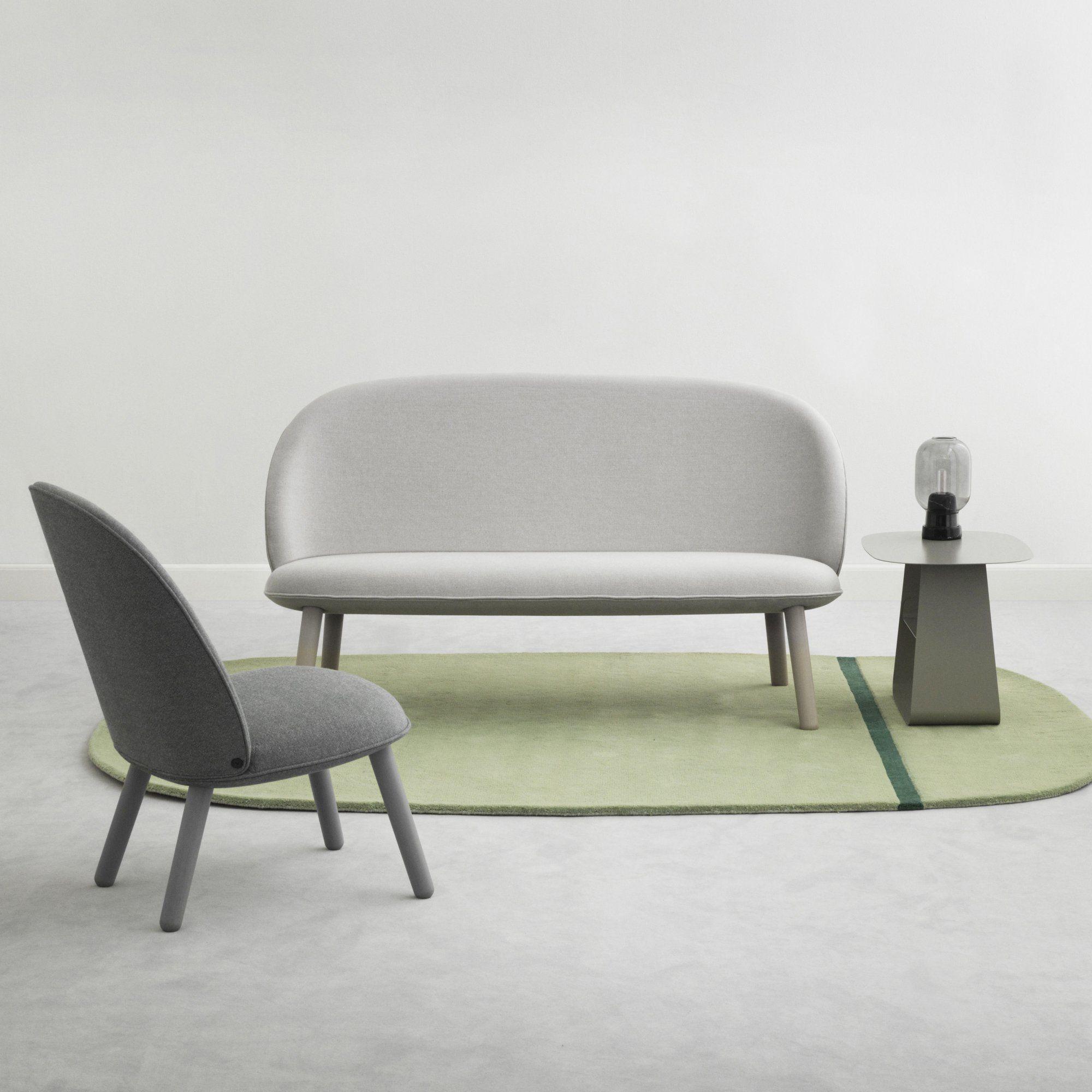 un petite banquette en tissu et en bois gris avec fauteuil gris anthracite pour une d coration. Black Bedroom Furniture Sets. Home Design Ideas