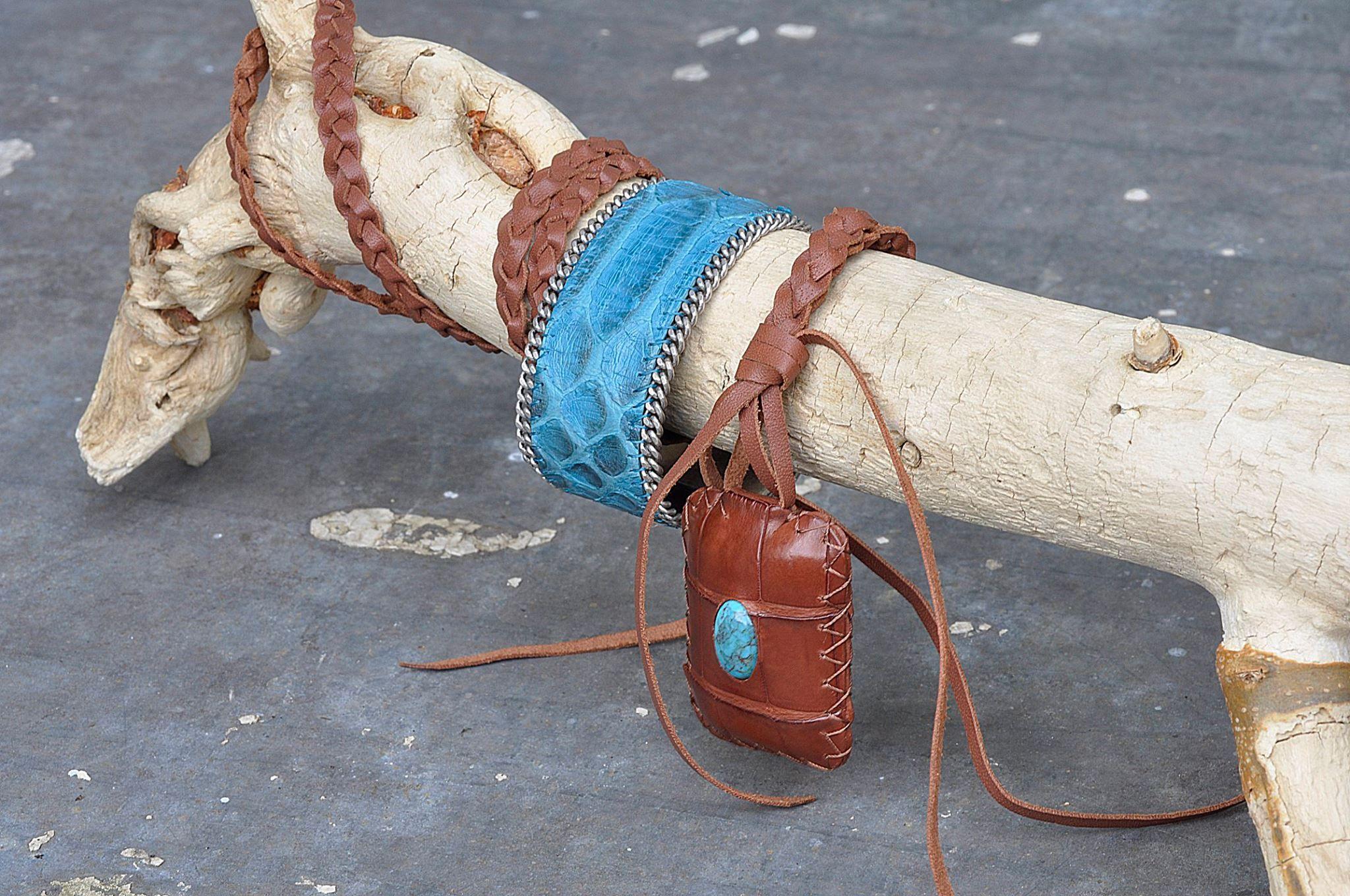 Collier en cuir marron et pierre turquoise. Manchette en python turquoise.