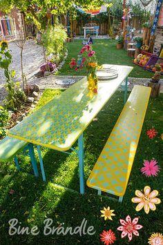 Gut Bunte Bierbankgarnitur, Bierbank Im Garten, Gartenmöbel Mit Ein Paar Blumen  Im Garten, Blumenbeeten