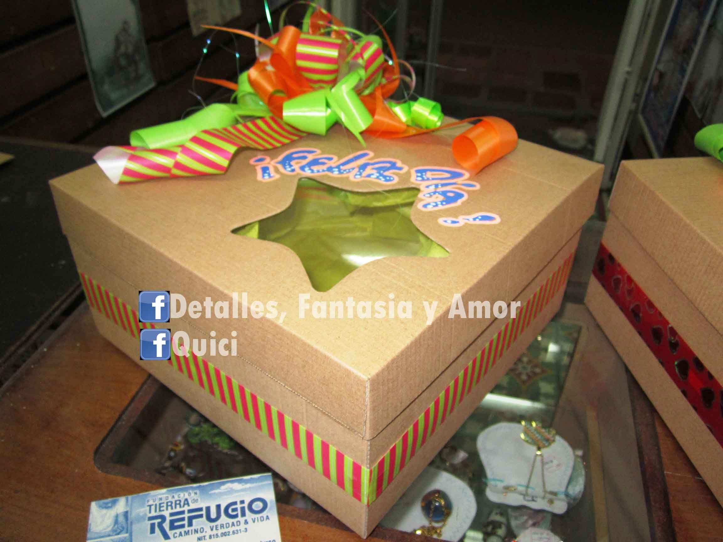 Caja decorada para regalo con ventana de acetato.