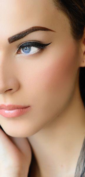 Delineado profundo y tonos rosas en mejillas y labial.