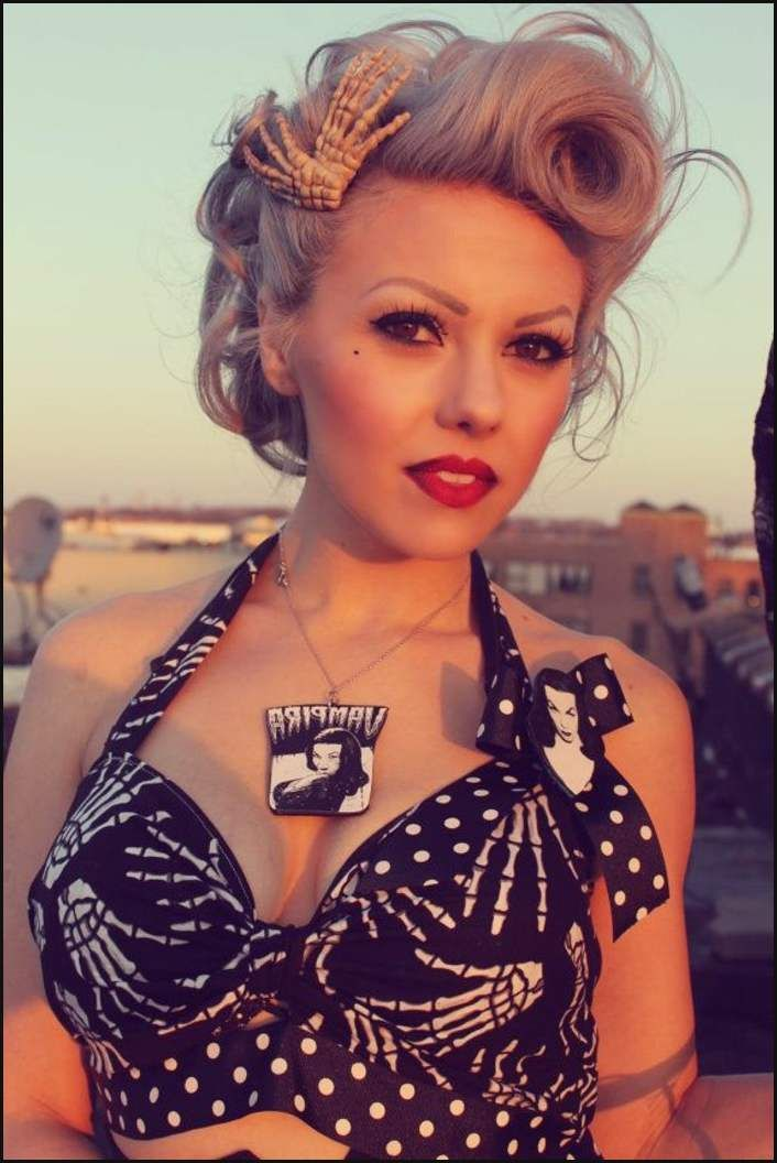 Interessante Dame Mit Rockabilly Frisur Blonde Pin Up Haare