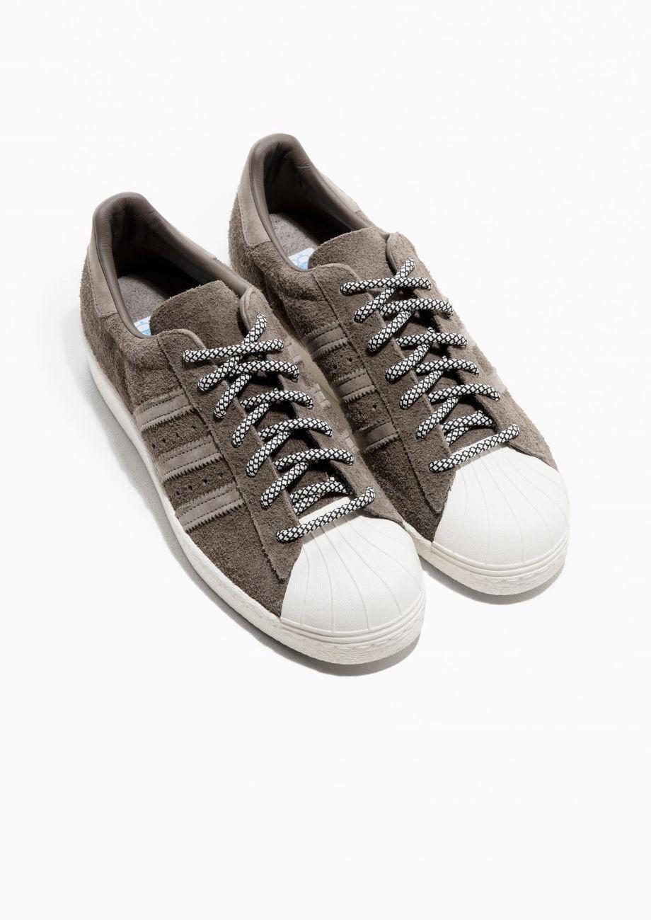 & otras historias imagen 2 de adidas superstar 80s Suede en color gris