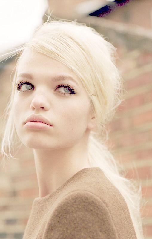 Daphne Groeneveld. Retro inspired messy ponytail Cheveux