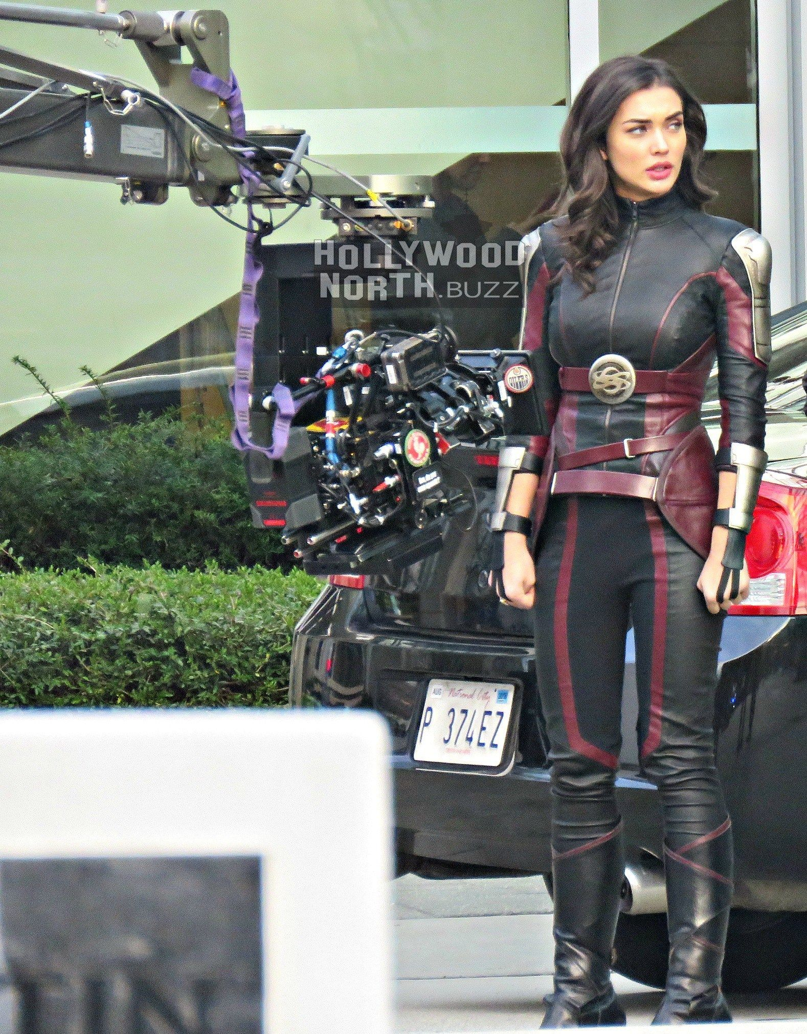 4c4f599f5f SEASON 3  SUPERGIRL (Melissa Benoist)   Saturn Girl (Amy Jackson) on Set in  Vancouver