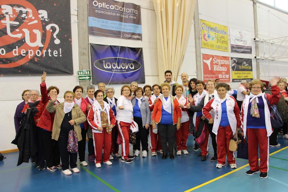 Málaga (Álora).- El pasado 25 de noviembre, un grupo de mujeres de Álora, que normalmente asisten a las clases de actividad física para mayores, participó en el Encuentro de Mayores en el Deporte, celebrado en el Pabellón de la Ciudad Deportiva de Cártama.