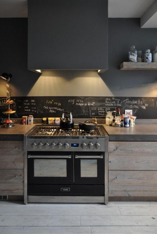 Blocco fornelli in acciaio. Cucina rustica con un tocco moderno ...