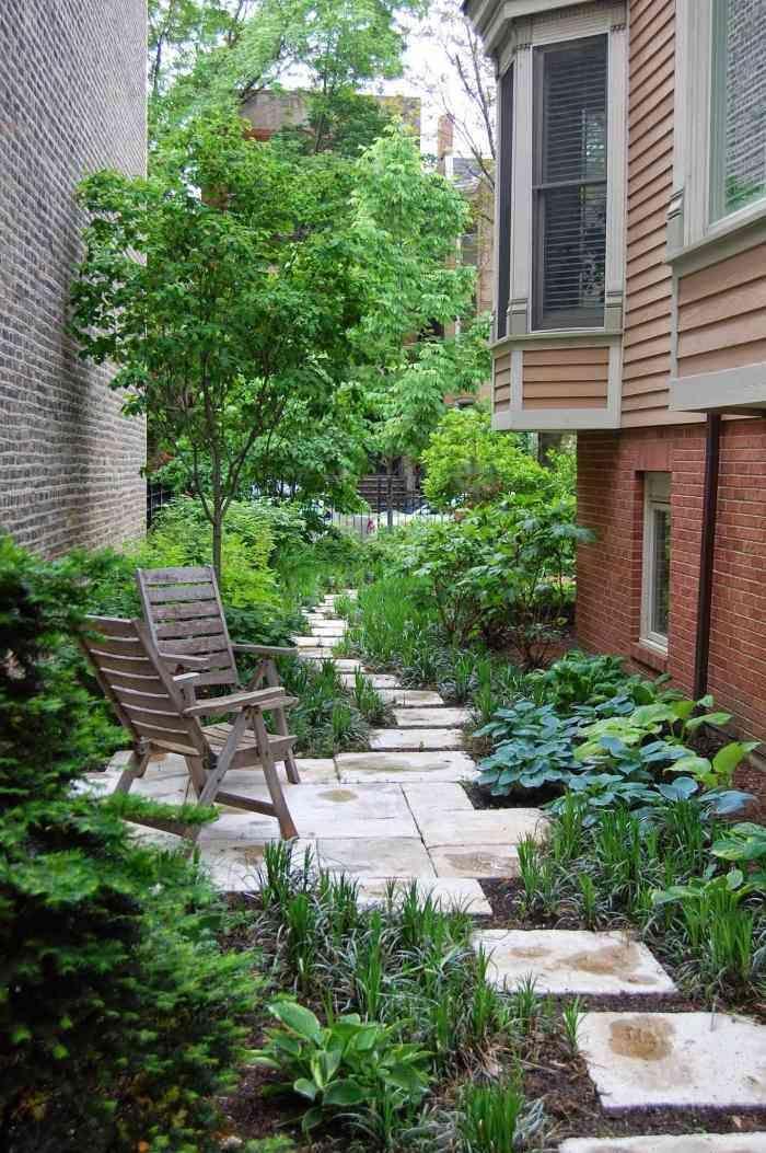 Aménagement de petit jardin en ville avec des chaises en bois