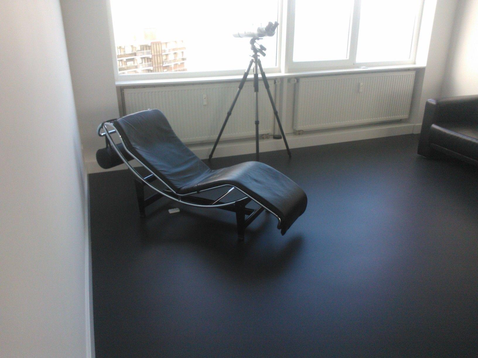 Dekkend zwarte PU flexibele Gietvloer door MoreFloors gerealiseerd ...