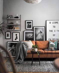 Fesselnd Gemütliche Wohnecke In Raum In Grau. Wohnen Im Artsy Stil Mit Bilder  Arrangement Hinter Der Couch. Gemütliches Wohnzimmer Mit Braunem Leder Sofa  Unu2026