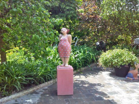 Gartenfigur Mollige Frau In Pink Keramik Kunst Blog Rosa Damen Pink Lady Gartenfiguren