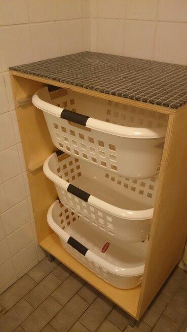 Zelfgemaakte wasmandenkast voor 3 curver wasmanden. Bovenkant betegeld met mozaïek tegeltjes. Handig om de was alvast te sorteren!