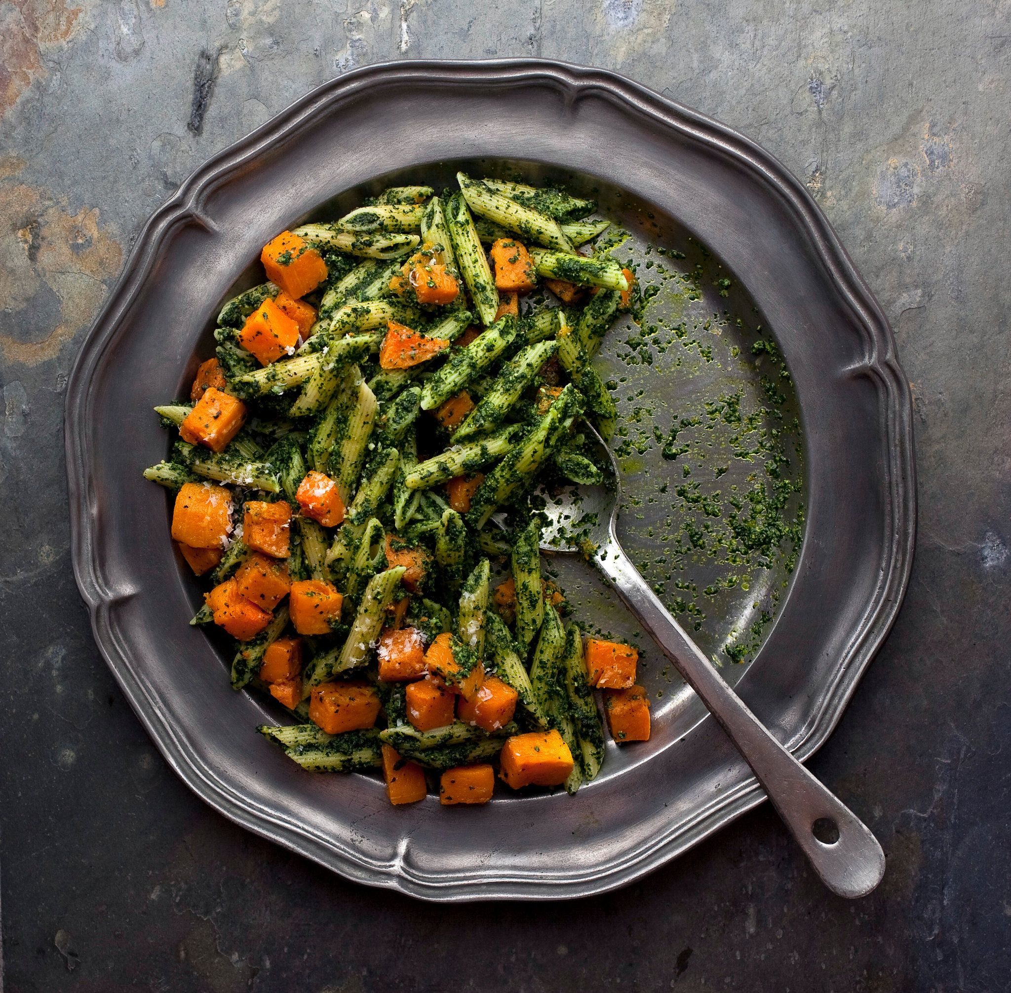 Pasta with kale pesto and roasted butternut squash for Cocinar kale