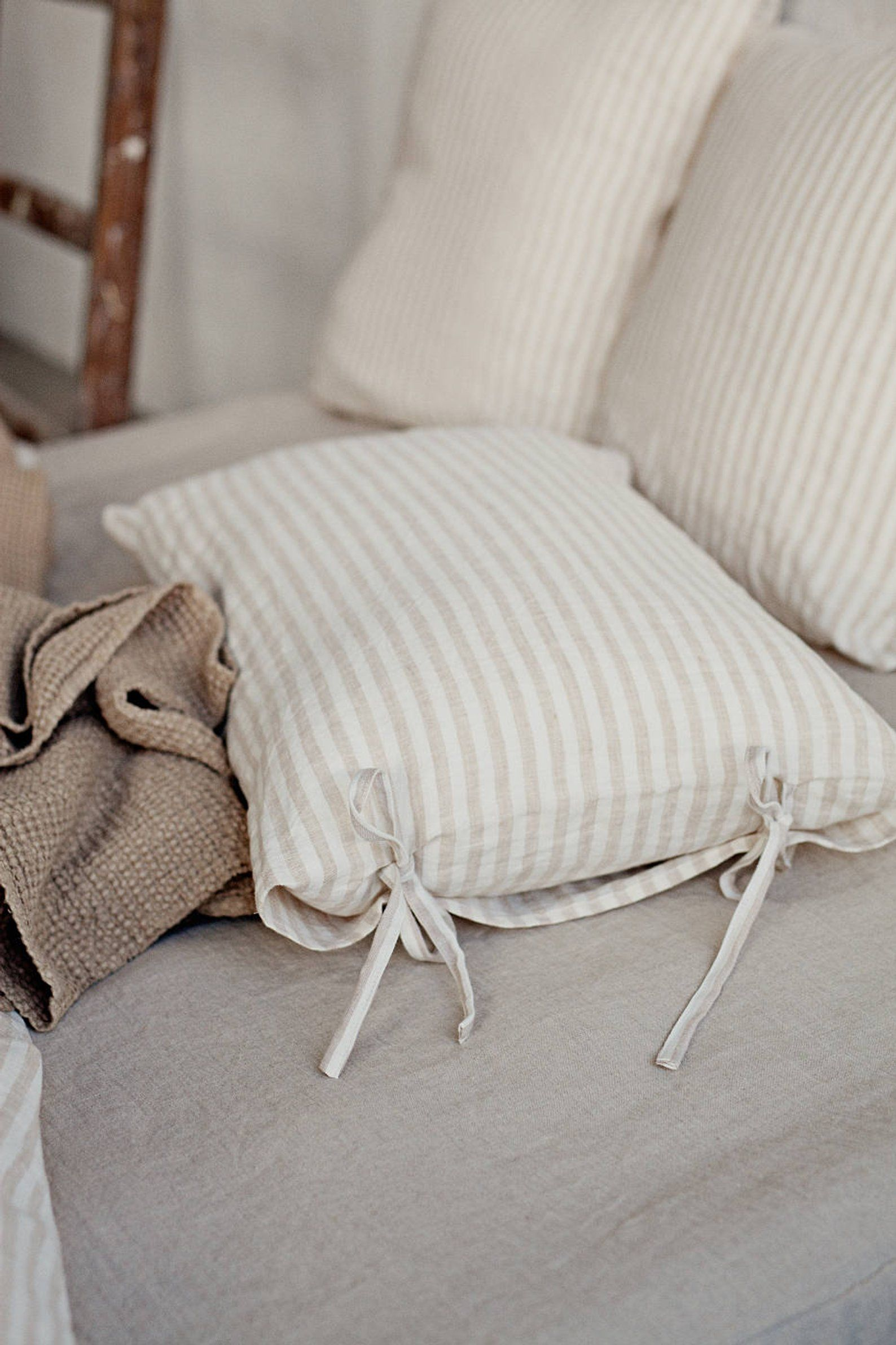 Tessuti Arredamento Per Divani natural striped linen pillow case with skinny ties. bow tie