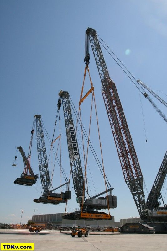 Liebherr LR 13000 lifting LR 11350 and two more cranes