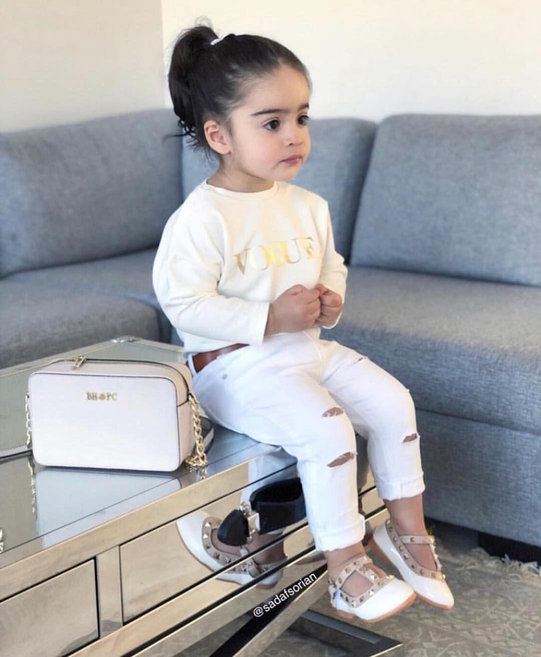 A Imagem Pode Conter 1 Pessoa Sentado E Sapatos Com Imagens