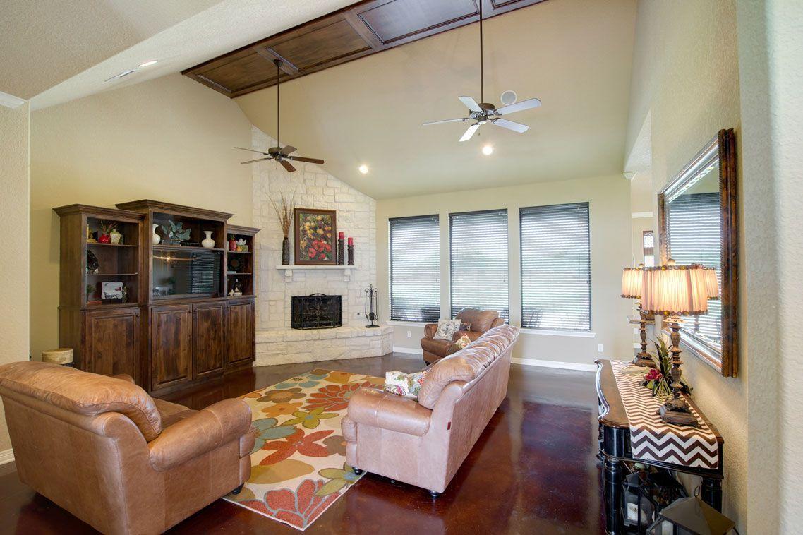 Das Offene Wohnzimmer Ist Mit Gewolbten Decken Eingelassener Beleuchtung Und Einem Eckkamin Mit Steinfassade Ausgestattet Und In 2020 Open Living Room Home Renovation