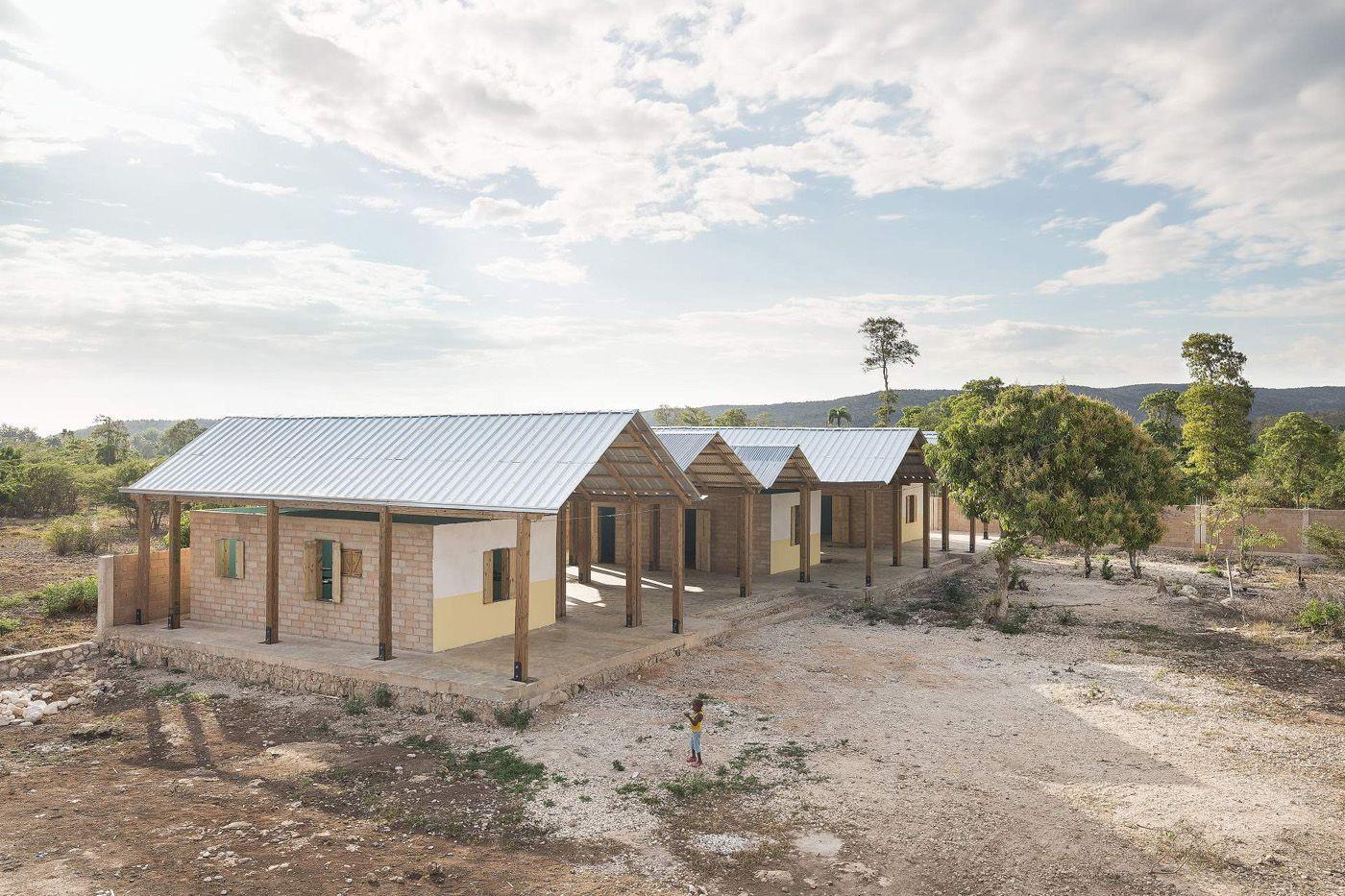 Vista exterior. Horfanato en Haití por Bonaventura Visconti di ...