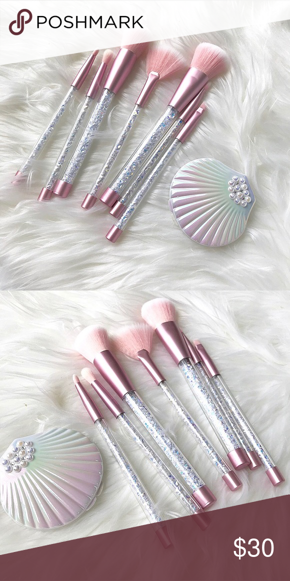 Shell Compact & Brush Set 7 makeup brushes and a beautiful