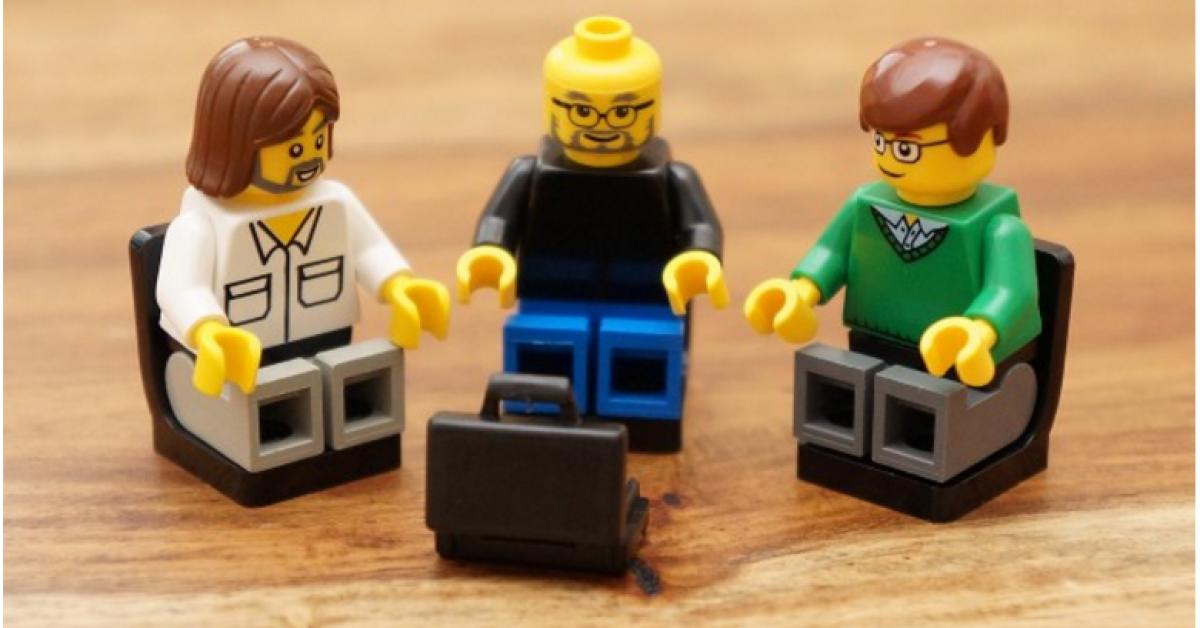 """Nur noch wenige Tage ist es so weit: Am 12. November kommt der """"Steve Jobs""""-Film in die deutschen Kinos. Doch kann man den Apple-Mitgründer Steve Jobs, aus der Sicht des Regisseurs Danny Boyle, nicht nur auf großer Leinwand bestaunen, sondern ihn auch als kleine Lego-Figur bestellen. Das Unternehmen FamousBrick baut Tech-Berühmtheiten aus Lego nach. Neben Personen aus der Apple-Welt können sich Kunden unter anderem Mark Zuckerberg oder Edward Snowden als Lego-Figur nach Hause holen."""