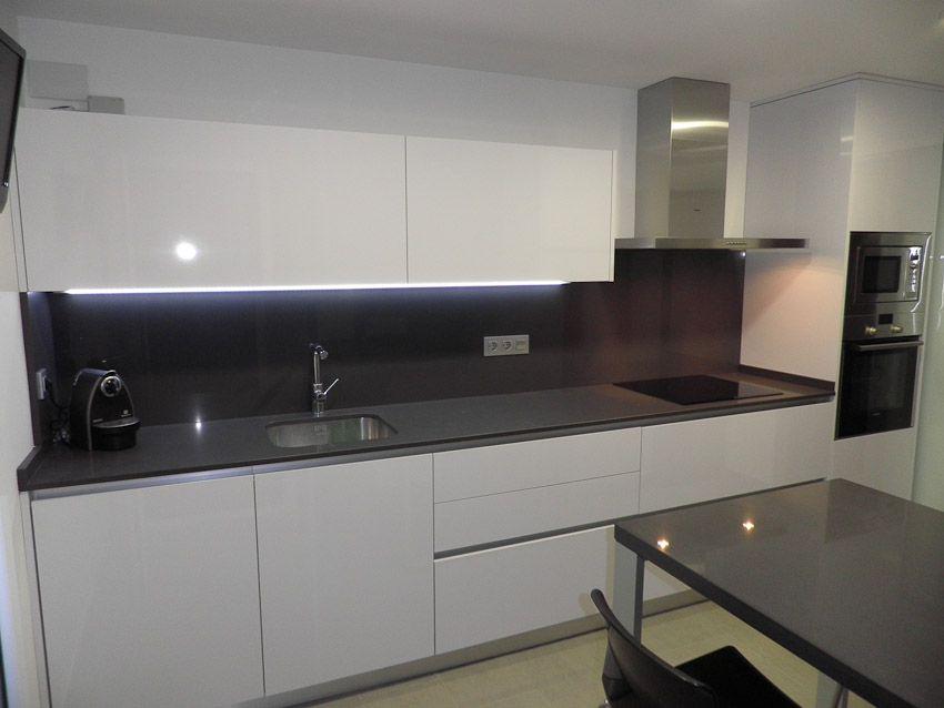 Luxe alto brillo encimera gris marengo cocinas blanco for Cocinas modernas blancas y grises