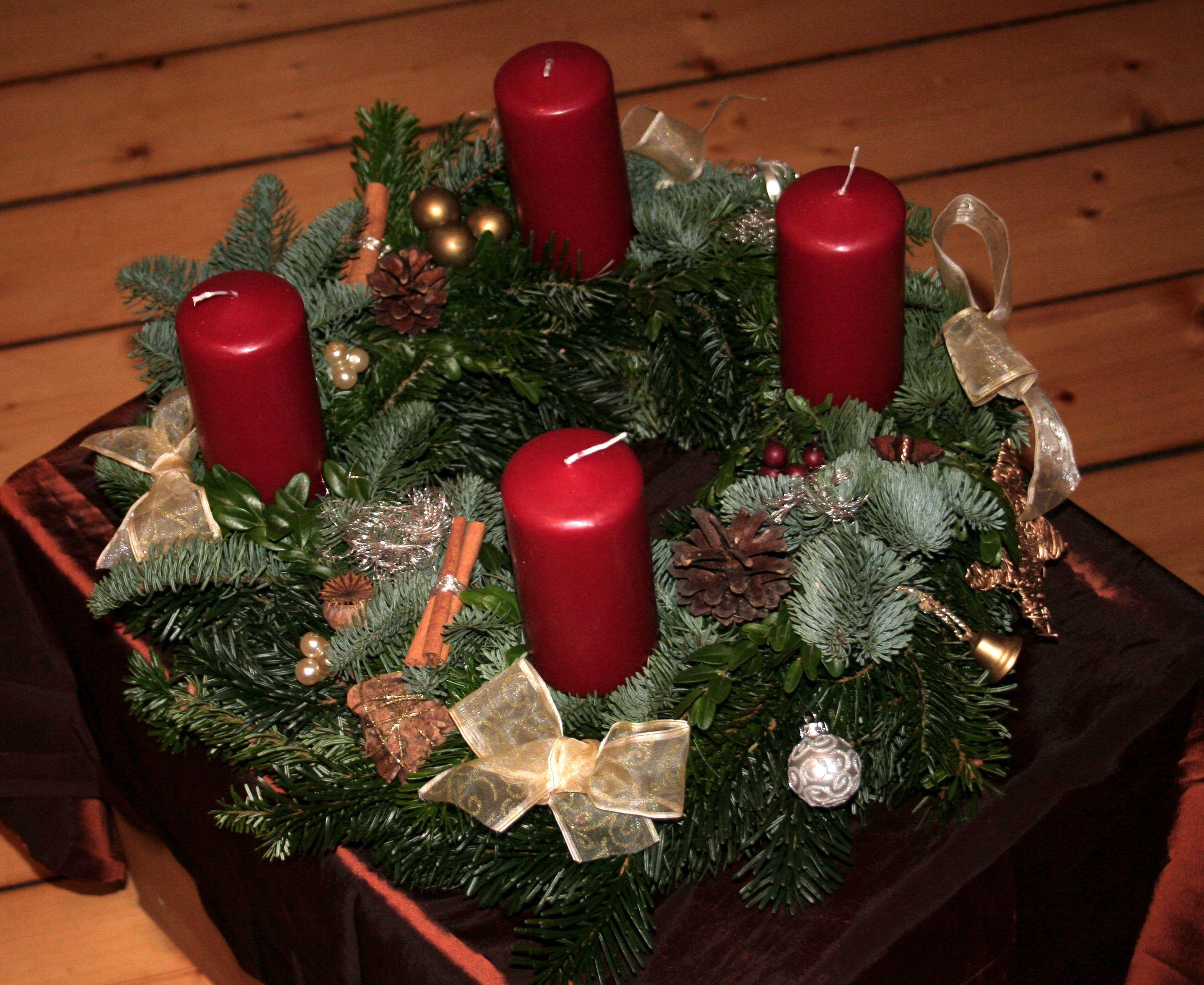 adventskranz in klassisch rot zwei sorten tanne nordmann und nobilis buchszweige. Black Bedroom Furniture Sets. Home Design Ideas