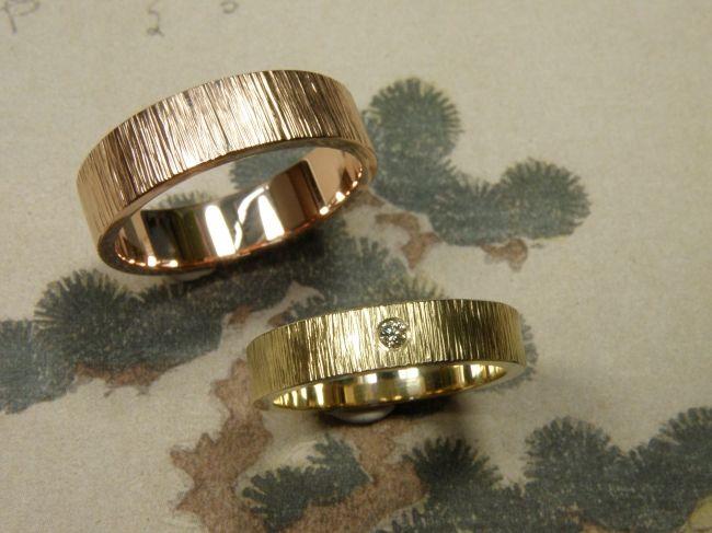 * wedding rings   oogst-sieraden * Trouwringen * Roodgouden vlakke ring met dwarse hamerslag * 860 euro * Geelgouden vlakke ring met dwarse hamerslag en 0,03 crt cape diamant in briljantslijpsel * 725 euro *