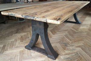 Industriële tafel met een oud gietijzeren fabriek onderstel en tafelblad gemaakt van oud eiken.