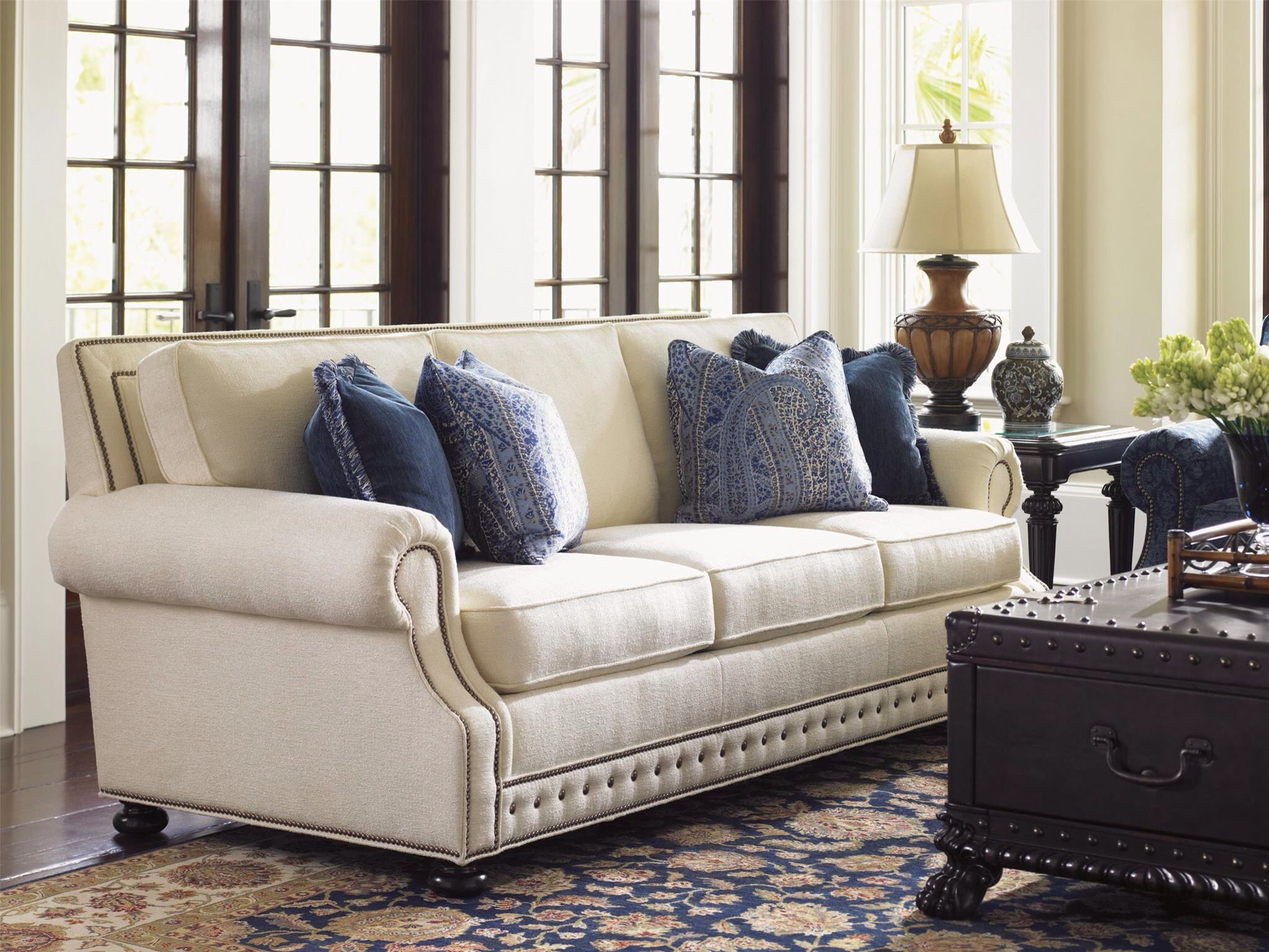 Lovely Cream Sofa With Blue Accents Koltuklar